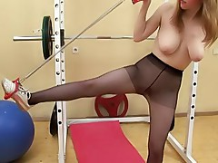 Juggy gym girl in black pantyhose exercises