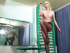 Gym babe in black pantyhose training