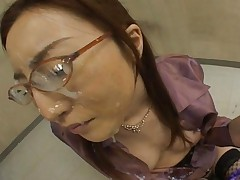 Senna Kurosaki Bukkake babe gets gooey facial and cum on glasses
