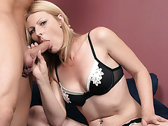 Hot wife Isadora takes off her sexy lingerie and got her twat tongued and screwed live