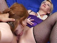 Mature babe eating cunt while getting banged