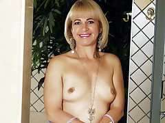 Blonde mature MILF Chamara sheds her inhibition and enjoys her very first interracial action
